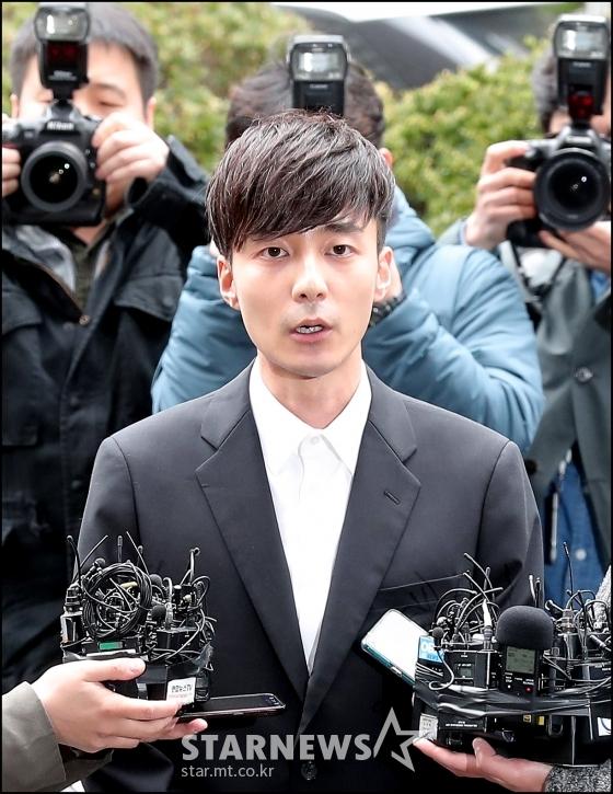 음란물 유포 혐의를 받고 있는 가수 로이킴(26·김상우)이 서울 종로구 서울지방경찰청 광역수사대에서 피의자 신분으로 조사를 받기 위해 출석하고 있다./사진=김창현 기자