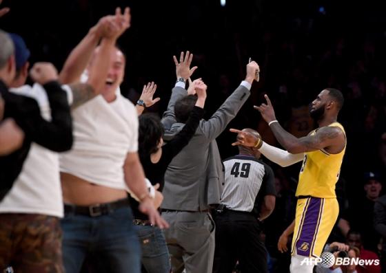 LA 레이커스의 르브론 제임스(맨 오른쪽). / 사진=AFPBBNews=뉴스1
