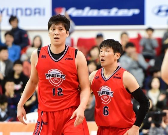 함지훈(왼쪽)과 양동근. /사진=KBL 제공