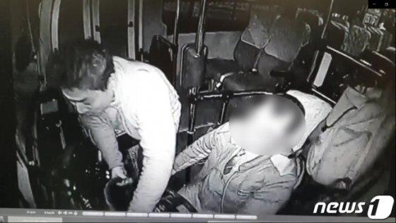 박정태(왼쪽)씨가 버스에 올라타 핸들을 만지는 모습. /사진=뉴스1