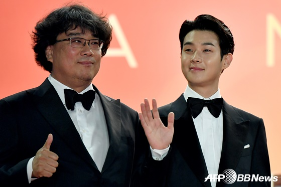 영화 '기생충'의 봉준호 감독(왼쪽), 배우 최우식/AFPBBNews=뉴스1