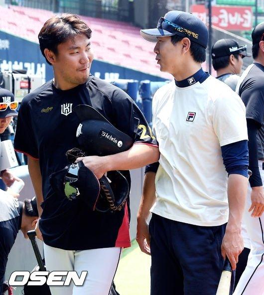 KT 장성우(왼쪽)와 두산 박건우.