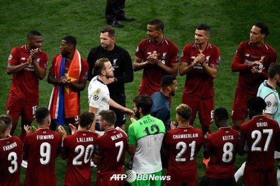 준우승 메달을 받기 위해 해리 케인(흰색 유니폼)이 도열한 리버풀 선수들 사이를 걸어가고 있다. /AFPBBNews=뉴스1