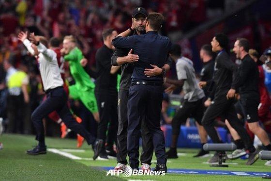 경기 종료 직후, 포옹을 나누는 클롭 감독과 포체티노 감독(왼쪽). /AFPBBNews=뉴스1