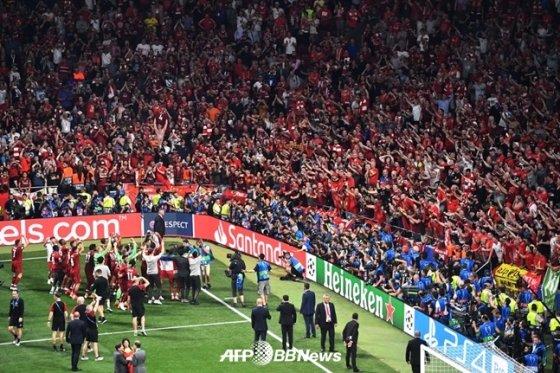 리버풀 팬들에게 인사하는 선수단. /AFPBBNews=뉴스1