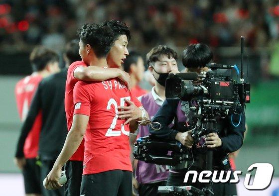 손흥민(왼쪽)과 백승호. / 사진=뉴스1 제공