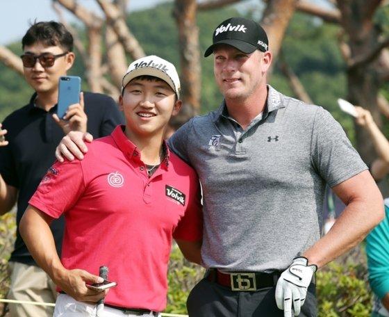 김홍택과 팀 버크./사진=KPGA