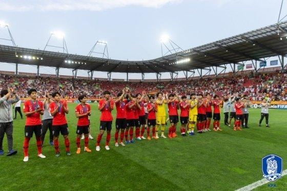 결승전 이후 팬들에게 인사하는 U-20 선수들. /사진=대한축구협회 제공