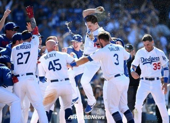 다저스의 신인 포수 윌 스미스가 끝내기 홈런을 쳤다./AFPBBNews=뉴스1