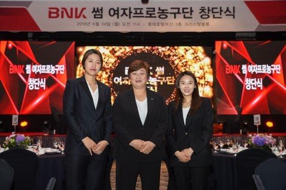 양지희 코치, 유영주 감독, 최윤아 코치(왼쪽부터). /사진=WKBL 제공