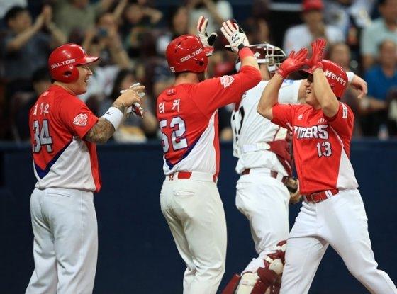 이창진(오른쪽)이 3회초 3점 홈런을 터뜨린 후 최형우-터커와 홈에서 기쁨을 나누고 있다. 이날 이창진은 4타점을 쓸어담았다. /사진=KIA 타이거즈 제공