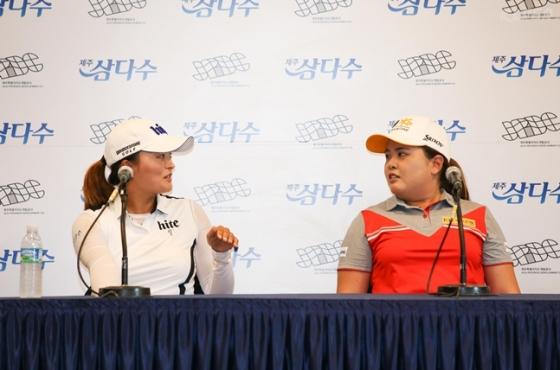 8일 열린 제주 삼다수 마스터스 공식 기자 회견에서 고진영과 박인비가 담소 나누고 있다./사진=KLPGA