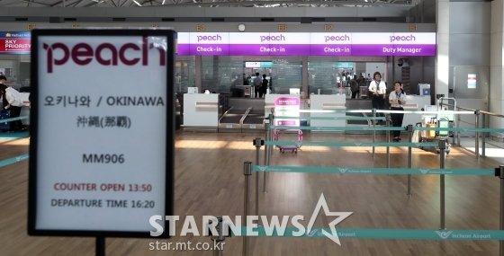 일본 정부의 경제보복 조치로 여행자제와 불매운동이 이어지고 있는 가운데 9일 인천국제공항 일본 오사카행 탑승수속 카운터가 한산한 모습을 보이고 있다. / 사진=이기범 기자 leekb@