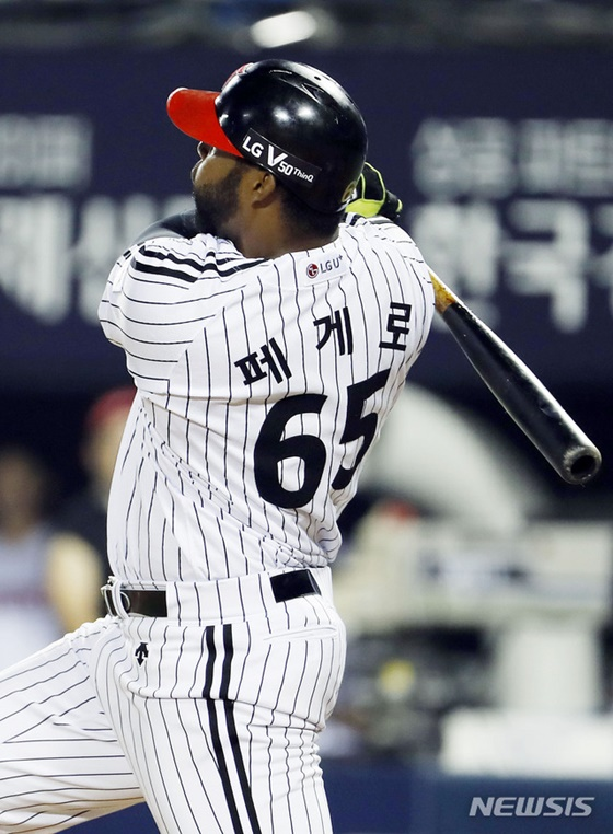 LG의 외국인타자 페게로가 5회말 키움 김선기를 상대로 만루 홈런을 치고 있다. /사진=뉴시스