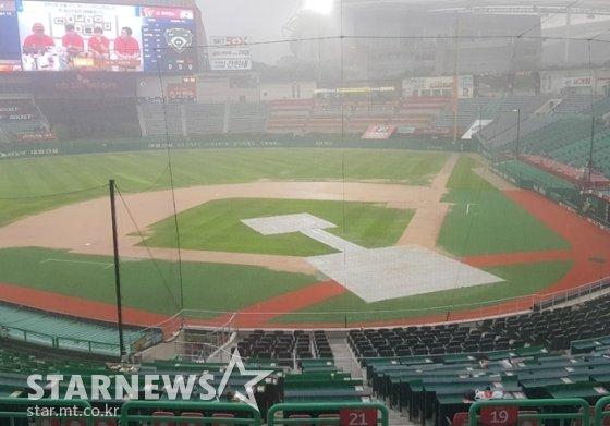 14일 SK-삼성전을 앞두고 비가 내리고 있는 인천SK행복드림구장. /사진=박수진 기자