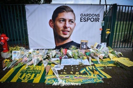 에밀리아노 살라의 시신을 찾기 전 그의 무사 생환을 기원하는 팬들이 놓아둔 꽃다발./AFPBBNews=뉴스1