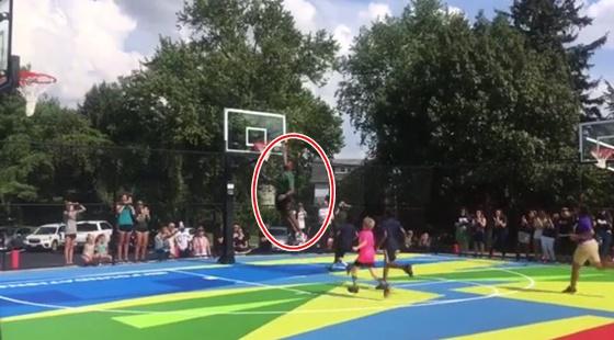 아이들 앞에서 덩크슛하는 르브론 제임스(빨간색 원). /사진=유튜브 캡처