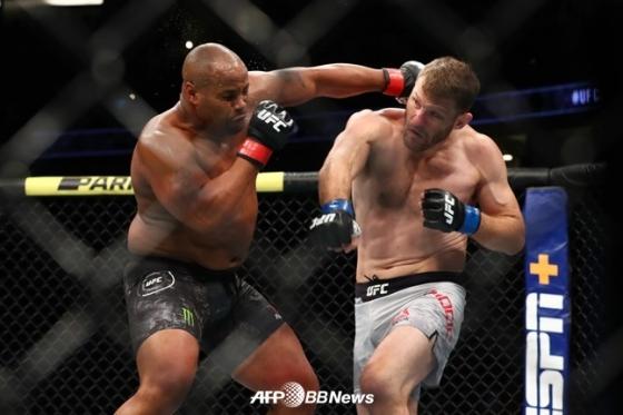 18일 열린 UFC 241 헤비급 타이틀 매치에서 다니엘 코미어(좌)의 안면에 펀치를 적중시키고 있는 스티페 미오치치. /AFPBBNews=뉴스1