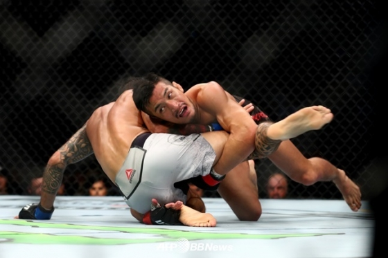 18일 열린 UFC 241에서 브랜든 데이비스를 상대해 승리를 따낸 강경호. /AFPBBNews=뉴스1