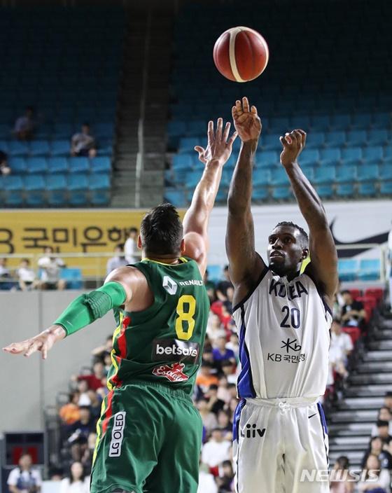 한국남자농구대표팀의 라건아가 점프슛을 시도하고 있다. /사진=뉴시스