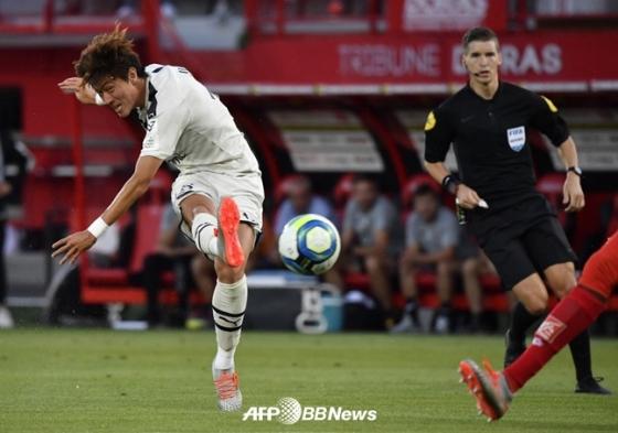 득점으로 연결된 황의조(왼쪽)의 슈팅 모습. /AFPBBNews=뉴스1