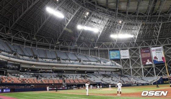 관중석이 많이 비어 있는 서울 고척스카이돔.