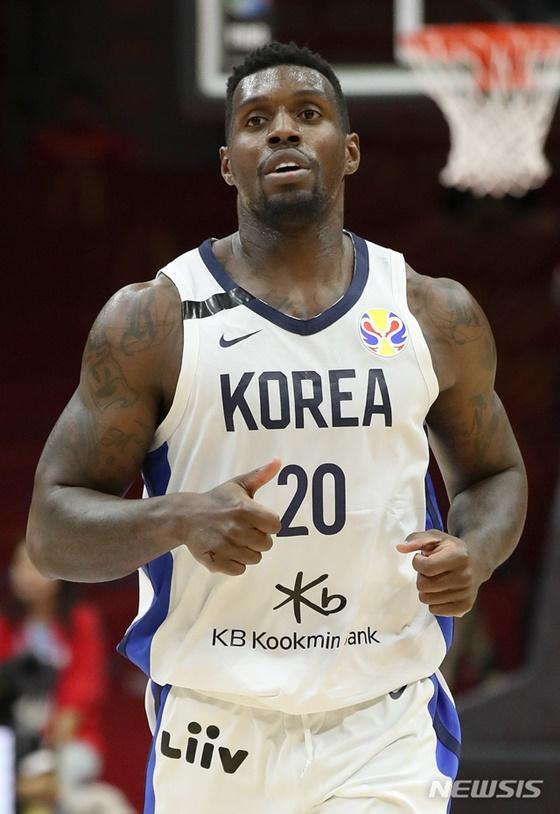 4일(현지시간) 중국 우한 스포츠센터에서 열린 2019 FIBA 농구월드컵 대한민국과 나이지리아의 B조 마지막 경기, 라건아가 지난 3일 심정지로 세상을 떠난 故 정재홍(SK)을 추모하는 의미로 검정 테이프를 붙이고 경기에 임하고 있다. /사진=뉴시스