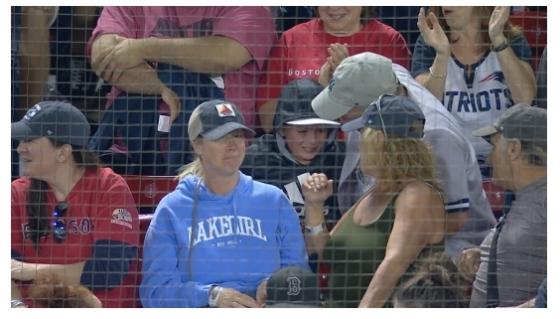 한 소년팬이 10일(한국시간) 펜웨이파크서 파울볼을 잡고 감격에 찬 모습이다. /사진=MLB.com 캡처