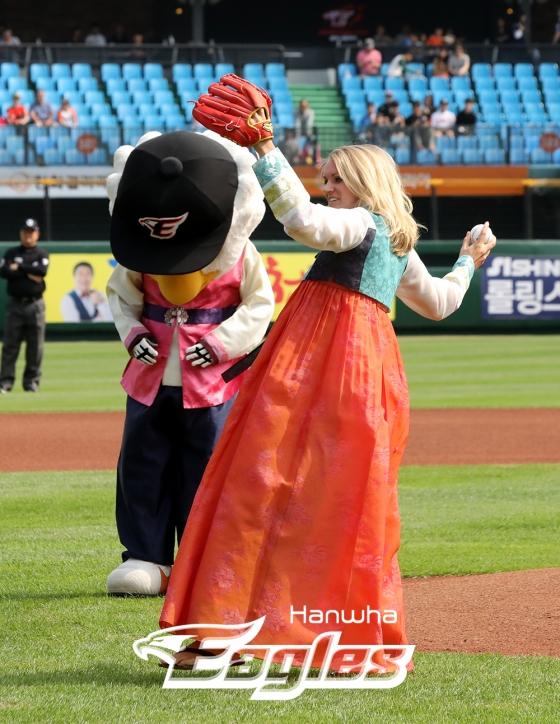 지난 2018년 9월 23일 한화생명 이글스파크에서 진행된 '추석맞이 이벤트'에서 제라드 호잉 선수의 아내 티파니 호잉이 경기 전 한복을 입고 시구를 하고있다. /사진=한화  이글스