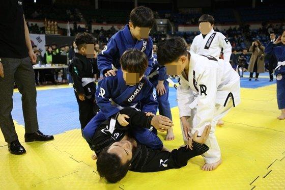방송인 김보성(밑). /사진=로드FC