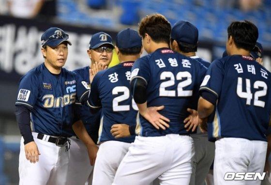 경기를 마친 뒤 NC 이동욱 감독(왼쪽)이 선수들과 승리의 기쁨을 나누고 있다.