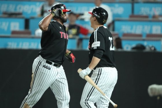 LG 페게로가 16일 수원 KT전서 역전 홈런을 터뜨린 뒤 기뻐하고 있다. /사진=LG트윈스
