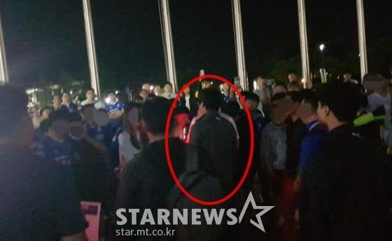 경기 후 구단 버스를 타기에 앞서 수원 팬들 앞에 선 이임생 수원 삼성 감독. /사진=김우종 기자