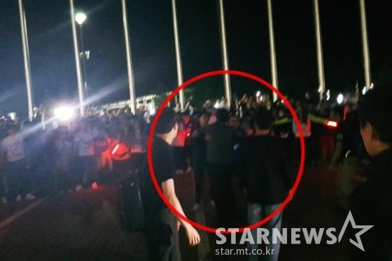 수원 관계자들의 만류를 뿌리치며 팬들에게 다가가겠다고 하는 이임생 수원 감독. /사진=김우종 기자