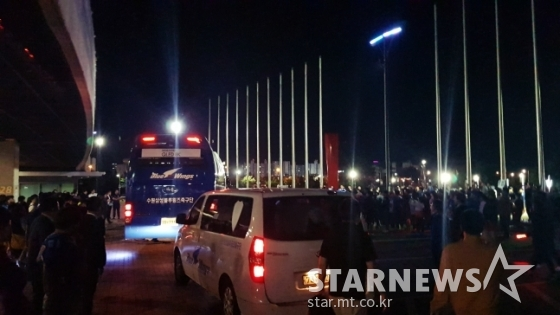 수원 구단 버스가 팬들에게 둘러싸인 가운데, 경기장을 떠나고 있다. /사진=김우종 기자