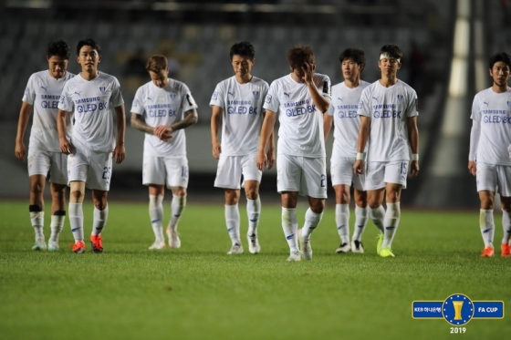 경기에 패한 뒤 수원 삼성 선수들이 아쉬워 하고 있다. /사진=대한축구협회 제공