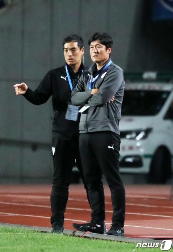 경기를 지켜보는 이임생 수원 삼성 감독(오른쪽)과 박성배 코치. /사진=뉴시스