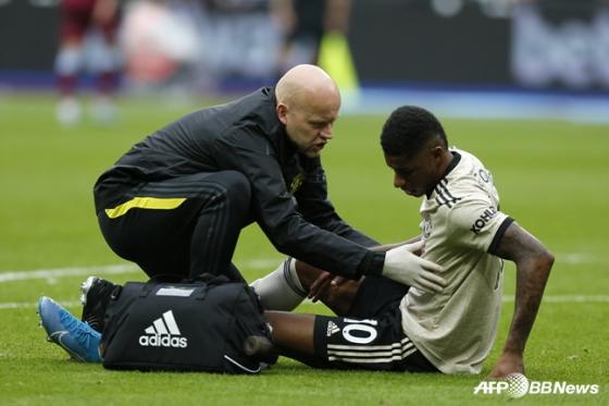맨체스터 유나이티드의 마커스 래쉬포드(오른쪽)가 22일 웨스트햄전에서 부상을 당해 힘들어 하고 있다. /사진=AFPBBNews=뉴스1