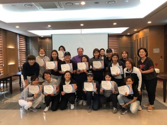 마이크 아담스(맨 윗줄 가운데)가 KLPGA 회원을 대상으로 회원맞춤형교육 골프역량과정 교육을 실시했다./사진=KLPGA