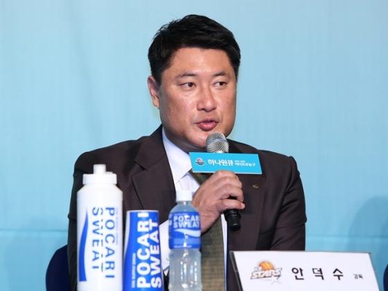 '디펜딩 챔피언' 청주 KB스타즈의 안덕수 감독. /사진=WKBL 제공