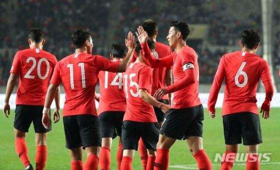 세 번째 골이 터진 뒤 기뻐하는 한국 축구 대표팀. /사진=뉴시스