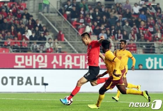김신욱(왼쪽)의 해트트릭 순간. /사진=뉴스1