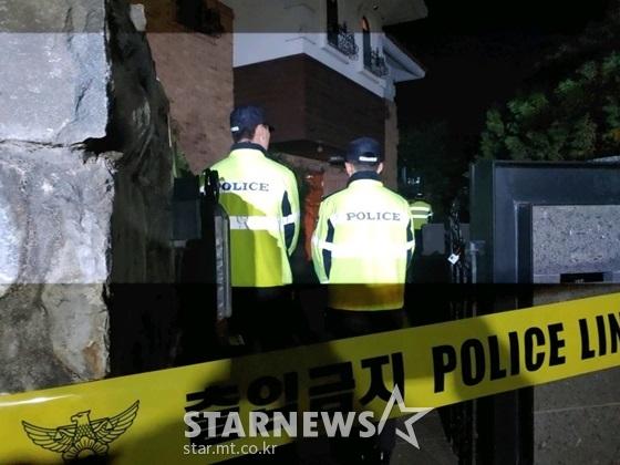 14일 경기 성남 수정구 심곡동 설리 자택에 경찰들이 삼엄한 경비를 서고 있다./사진=스타뉴스 이건PD