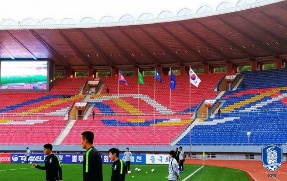 경기 시작 30분 전, 대표팀 선수단이 몸을 풀고 있다. 하지만 김일성 경기장에 관중이 없다. /사진=대한축구협회 제공