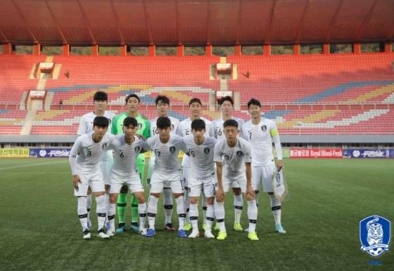 한국 대표팀 선발 베스트11. 뒤쪽 관중석에 인민군 복장을 한 사람들도 보인다. /사진=대한축구협회 제공