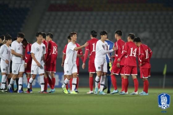 경기 종료 후 인사를 나누는 한국과 북한 선수단. /사진=대한축구협회 제공