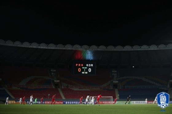 후반전이 진행 중인 가운데, 0-0 스코어를 알리는 전광판 밑에서 선수들이 경기를 펼치고 있다. /사진=대한축구협회 제공