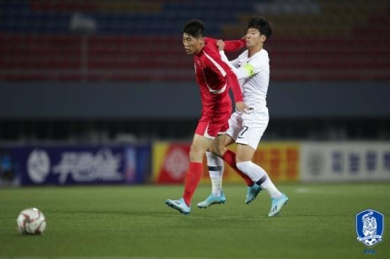 손흥민(오른쪽)이 경기 중 치열한 몸싸움을 벌이고 있다. /사진=대한축구협회 제공