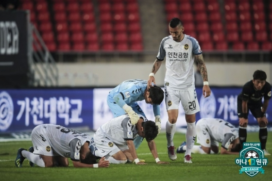 승리 후 기뻐하는 인천 선수단. /사진=한국프로축구연맹 제공