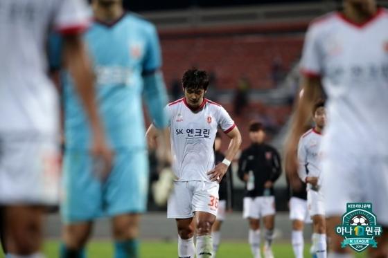 패배 후 아쉬워하는 제주 선수단. /AFPBBNews=뉴스1